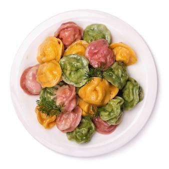 Frisch zubereitete teigtaschen gefüllt mit fleisch auf weißem hintergrund zum färben von gebrauchtem rübensaft, spinat und karotten