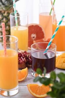 Frisch zubereiteter granatapfelsaft zwischen orangen-, grapefruitsaft-, ananas- und mangosäften.