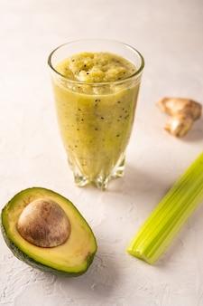 Frisch zubereiteter grüner smoothie aus gemüse, früchten, kräutern und grün