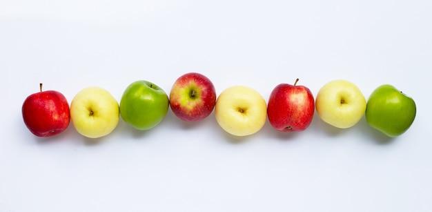 Frische äpfel auf weißem hintergrund. draufsicht