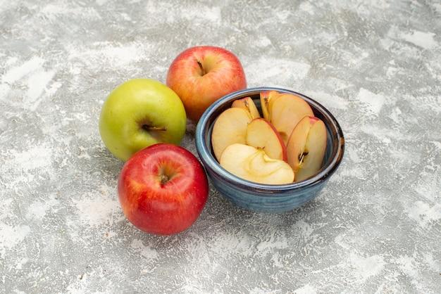 Frische äpfel der vorderansicht auf reifen baumfrüchten des weißen hintergrunds frisch
