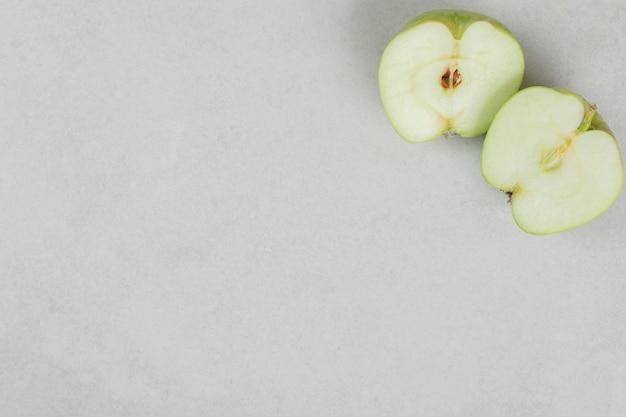 Frische äpfel halbieren auf grauer oberfläche