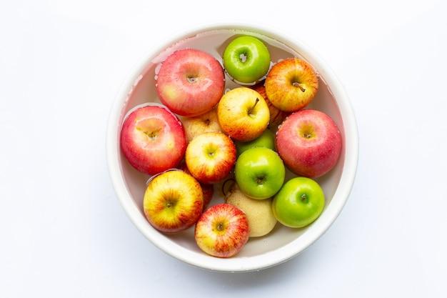 Frische äpfel im wasser waschen