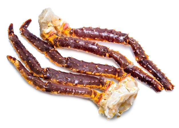 Frische alaskische königskrabbenbeine, ungekochte frische alaskische königskrabbe lokalisiert auf weiß.
