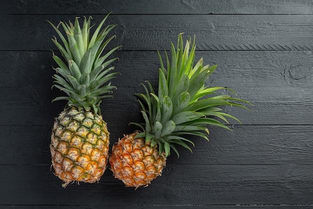 Frische ananas auf dunkler holzoberfläche