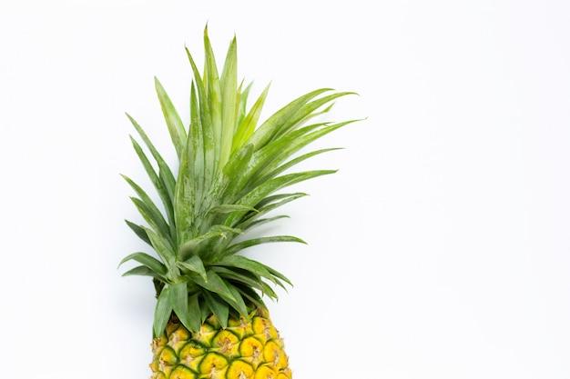Frische ananas auf weiß. kopieren sie platz