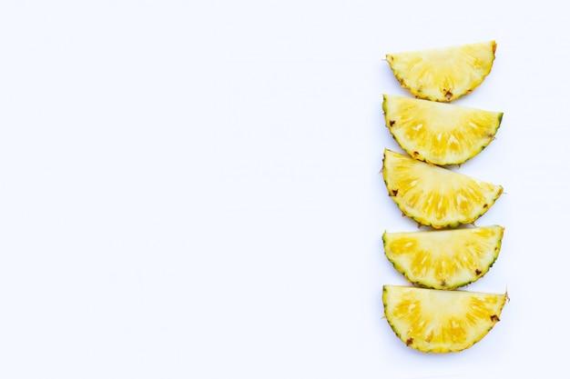 Frische ananas auf weißem hintergrund. kopieren sie platz