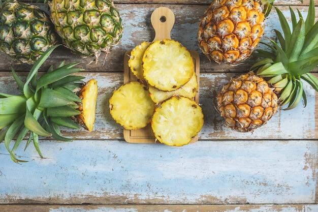 Frische ananasfrucht geschnitten auf einem hölzernen schneidebrett