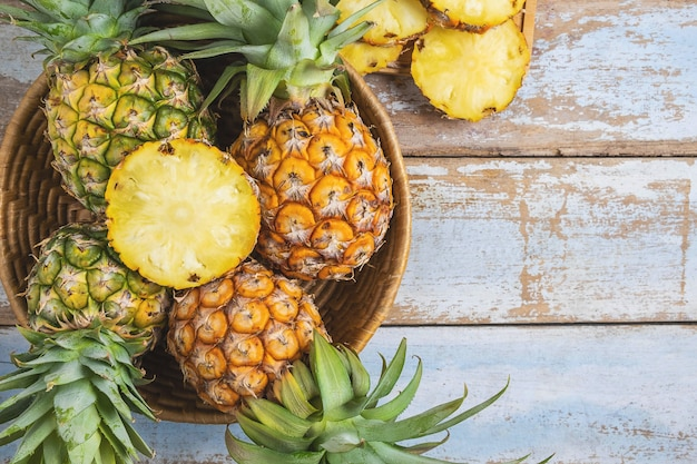 Frische ananasfrucht in einem korb