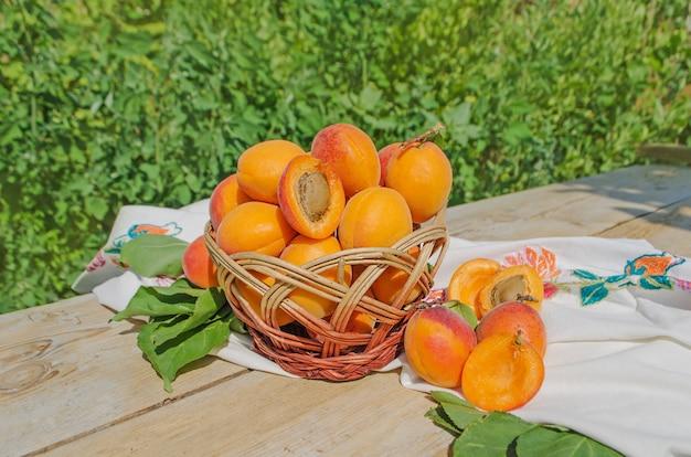 Frische aprikosen im korb auf einem holztisch