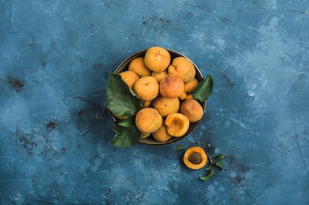 Frische aprikosen in einer schüssel