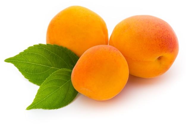Frische aprikosen mit blattnahaufnahme isoliert.
