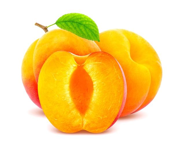 Frische aprikosenfrüchte getrennt auf weiß
