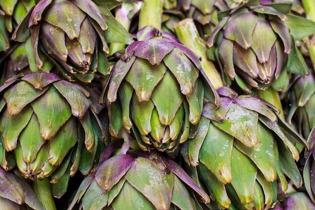 Frische artischocken in einem markt