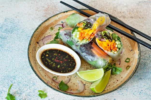 Frische asiatische vorspeise frühlingsrollen (nem) aus reispapier und rohem gemüse