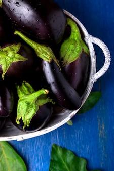 Frische aubergine im grauen korb