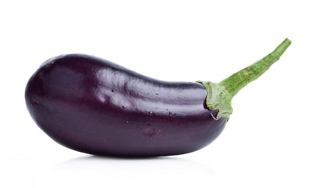 Frische aubergine isoliert