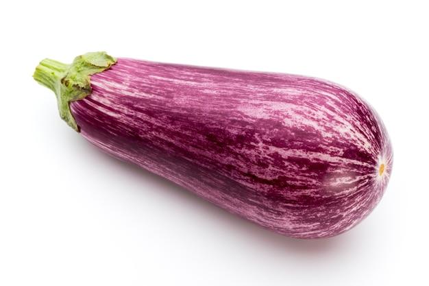 Frische auberginen, aubergine auf weißem grund.
