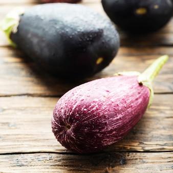 Frische auberginen auf dem holztisch, selektiver fokus und quadratisches bild