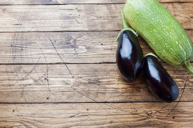Frische auberginen und zucchini