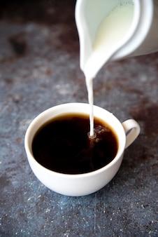 Frische auslaufende milch in der kaffeetasse