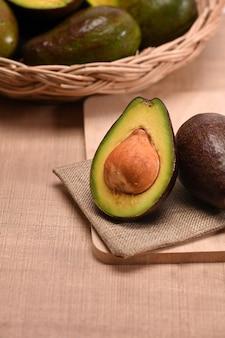 Frische avocado auf holzplatte.