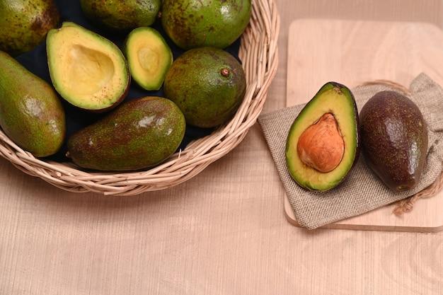 Frische avocado auf holztisch.