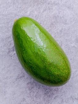 Frische avocado auf stein hintergrund.