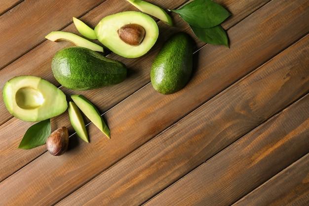 Frische avocados auf hölzernem hintergrund