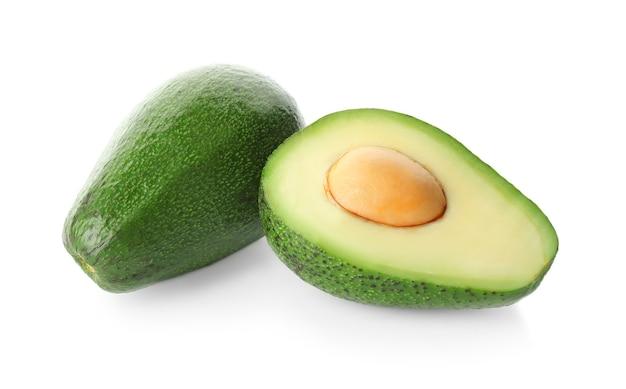 Frische avocados lokalisiert auf weiß