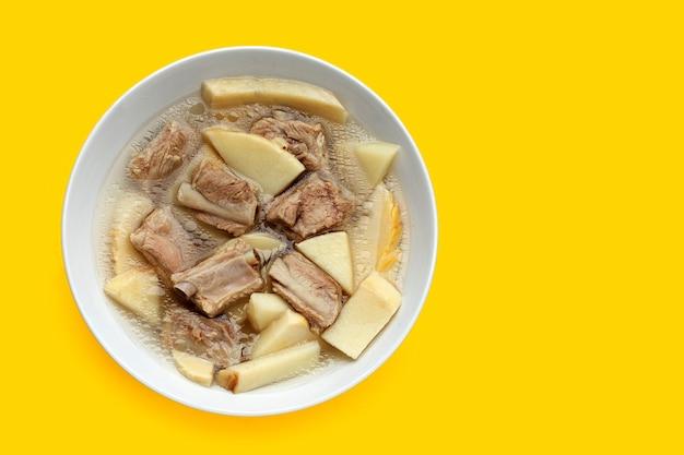 Frische bambussprossen mit schweinerippchensuppe