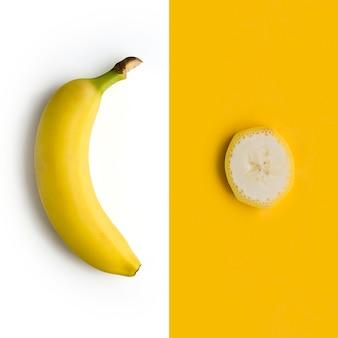 Frische banane auf weißem hintergrund
