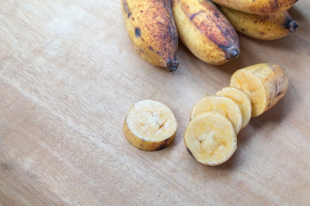 Frische bananen auf holzuntergrund