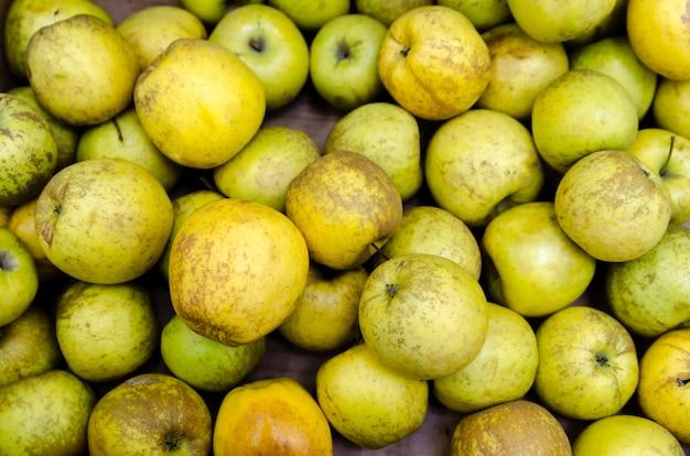 Frische bio-äpfel auf dem markt verkauft