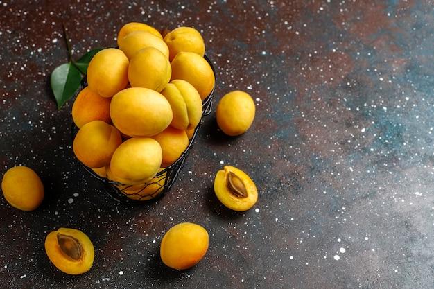 Frische bio-aprikosen, sommerfrüchte, draufsicht