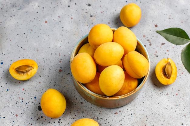 Frische bio-aprikosen