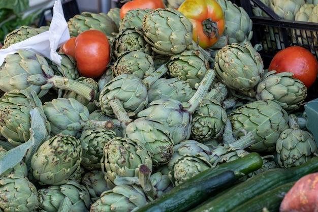 Frische bio-artischocken auf dem markt