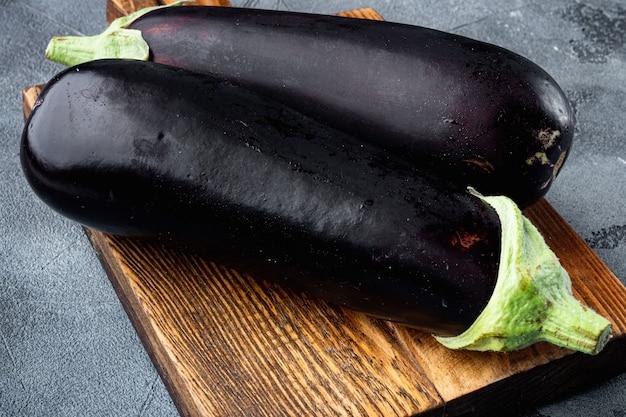 Frische bio-aubergine auf grauem stein