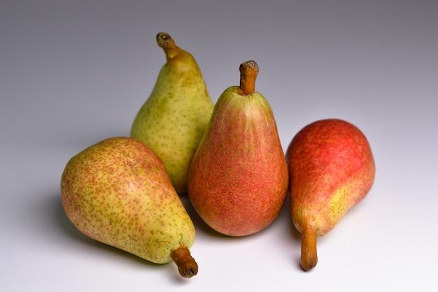 Frische bio-birnen auf grauem hintergrund bio-obst für lebensmittel oder birnensaft gesundes essen