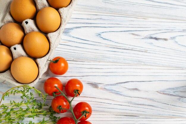 Frische bio-eier, tomaten und thymian