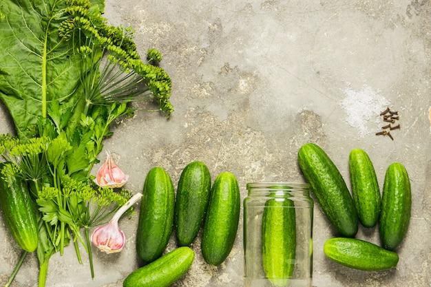 Frische bio-gurken verschiedenen gewürzen die zubereitung der konservierung.