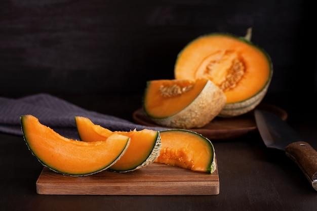 Frische bio-melone. gesundes saisonlebensmittelkonzept. bio-landwirtschaft