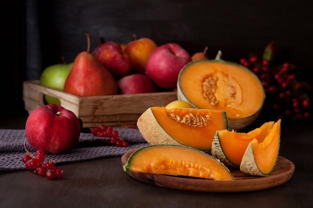 Frische bio-melone und obst. gesundes saisonlebensmittelkonzept. bio-landwirtschaft