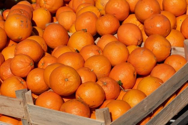 Frische bio-orangen auf dem marktplatz