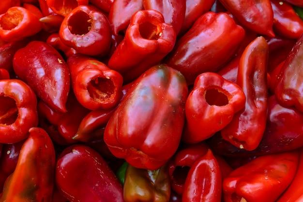 Frische bio-paprika gereinigt und zum füllen vorbereitet