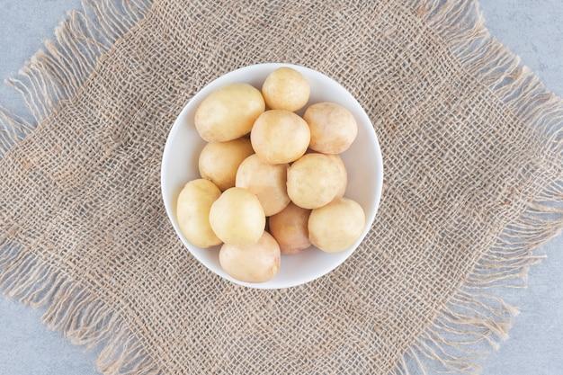 Frische bio-schüssel kartoffeln auf sack.