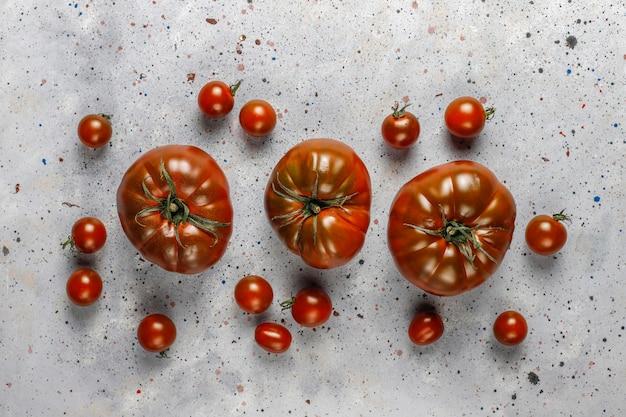 Frische bio-tomaten aus schwarzem brandywein.