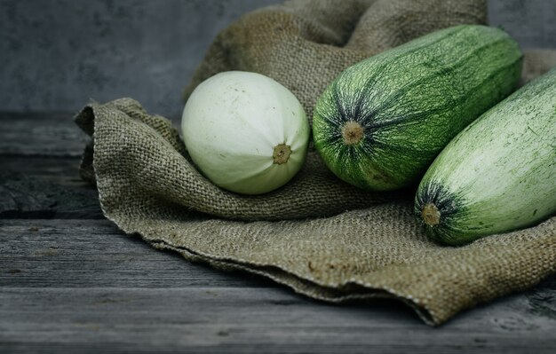 Frische bio-zucchini auf dem holztisch