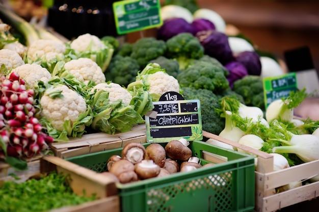 Frische biopilze und verschiedenes gemüse auf landwirtmarkt in straßburg, frankreich