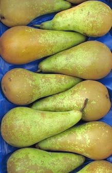 Frische birnen in einem marktstand